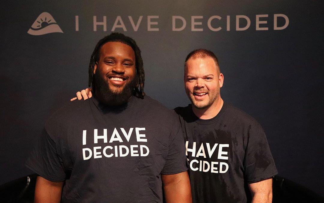 Jogador do Baltimore Ravens dedica sua vida à Cristo após batismo