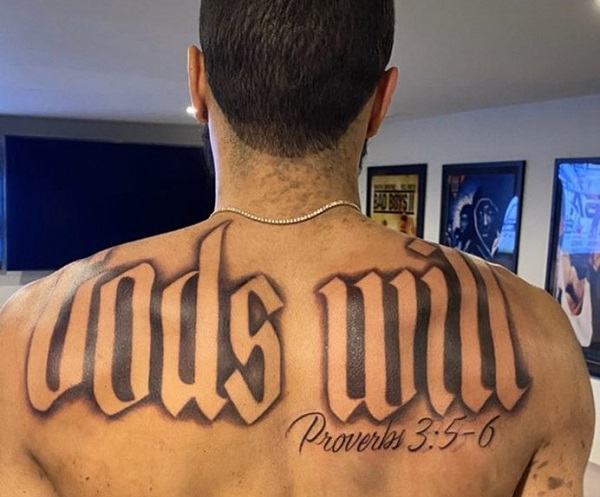 Jogador americano homenageia Deus em nova tatuagem nas costas