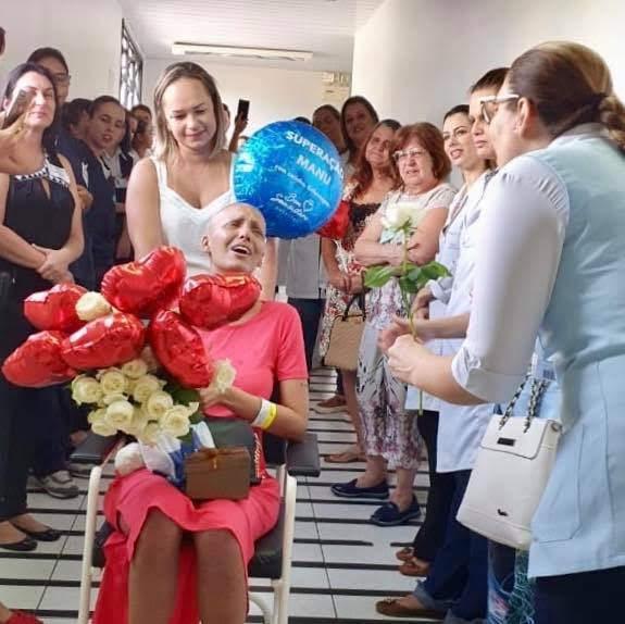 """Médicos no Paraná cantam """"Ousado Amor"""" para paciente que venceu câncer"""