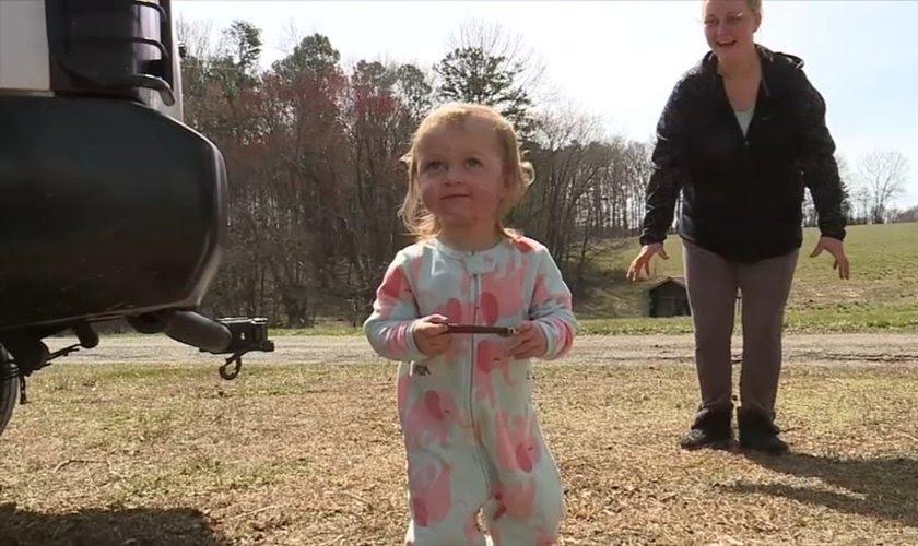 """""""Deus é real"""" diz mãe de criança de 2 anos após ser atingida por árvore e sobreviver"""