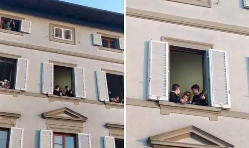 """Moradores louvam a Deus pelas suas janelas na Itália: """"Quão Grande É o Meu Deu"""""""