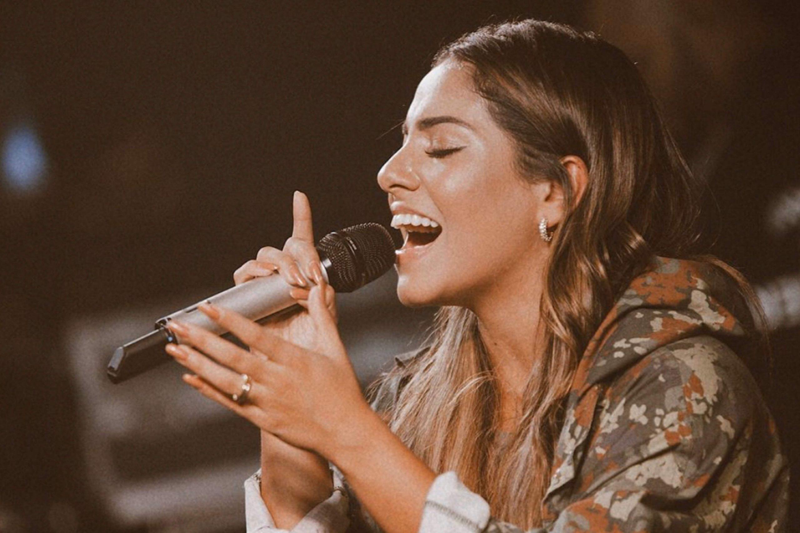Gabriela Rocha desafia pessoas a começarem o dia louvando a Jesus