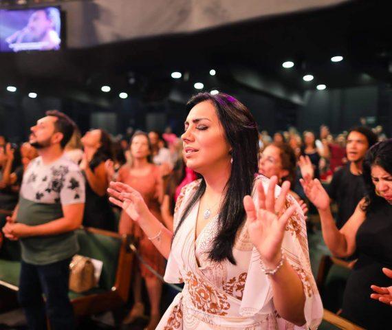 """Eyshila: """"Não aceito ser demonizada por ter fé suficiente para ir à igreja"""""""