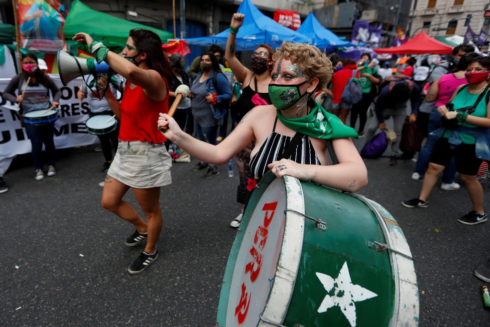 Manifestantes favoráveis à legalização do aborto na Argentina, em 4 de dezembro de 2020
